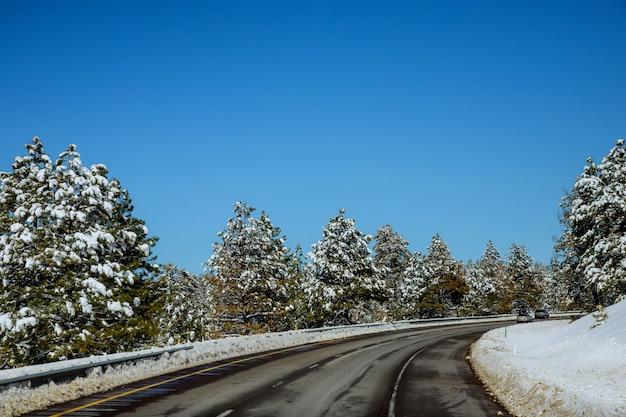 Widok zakrzywionej drogi pokryte śniegiem