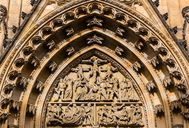 Widok zbliżenia fasady kościoła katedry, praga