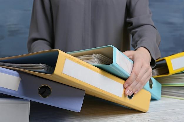 Widok zbliżenia kobiety z folderami dokumentów