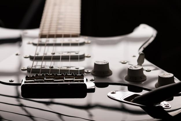 Widok zbliżenie gitara elektryczna w ciemny klucz