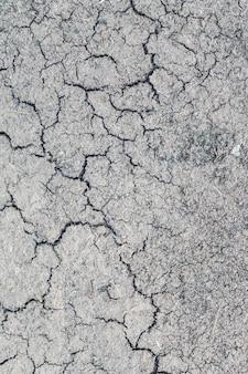 Widok zbliżenie pionowe wysoki kąt popękanej szarej ziemi