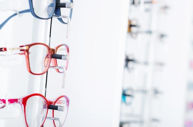 Widok zbliżenie różnych kolorowych okularów dla rodzajów na gablocie w sklepie optycznym