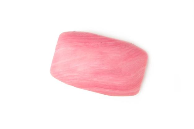Widok zbliżenie różowy mydło na białym tle. widok z góry