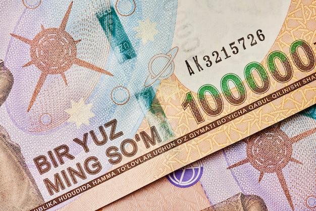 Widok zbliżenie sumy waluty uzbeckiej zdjęcia makro