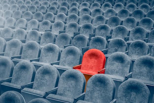 Widok ze schodów na rzędy wygodnych krzeseł w teatrze lub kinie.