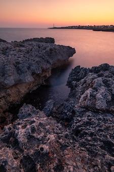 Widok ze słynnego pont d'en gil na zachodnim wybrzeżu menorca