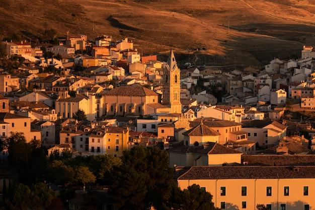 Widok ze stolicy cuenca w regionie kastylia-la mancha w hiszpanii.