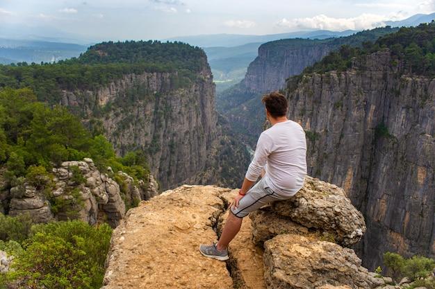 Widok ze szczytu na dolinę w taz kanyonu w turcji