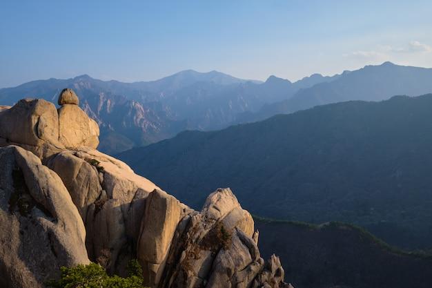 Widok ze szczytu skały ulsanbawi na zachód słońca. park narodowy seoraksan, południowa corea