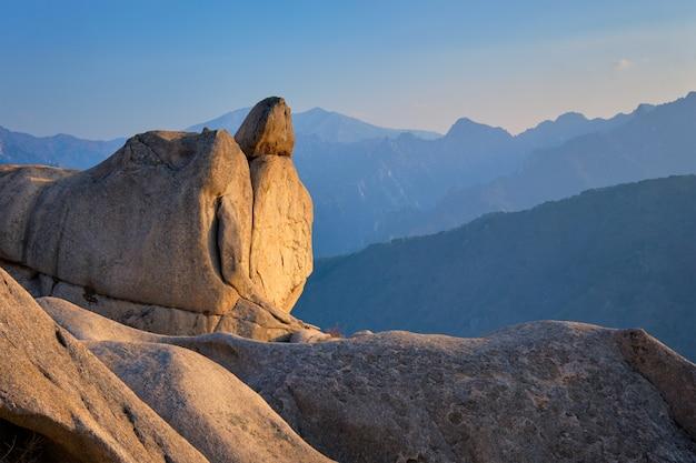 Widok ze szczytu skały ulsanbawi na zachód słońca. seoraksan national park, south corea
