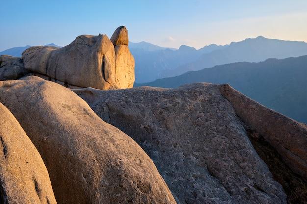 Widok ze szczytu skały ulsanbawi na zachód słońca