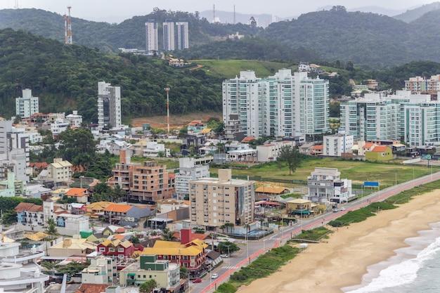 Widok ze szczytu wzgórza careca w balneario camboriu w santa catarina
