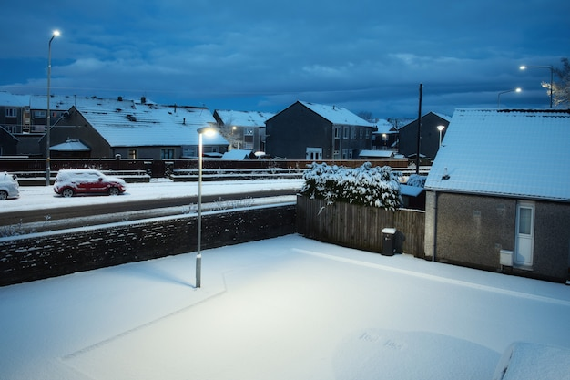Widok ze szczytu zaśnieżonego wieczornego dziedzińca szkockiego miasta zimą armadale west lothian ...