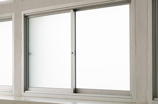 Widok ze szkła przezroczystego ze stali nierdzewnej wewnątrz domu