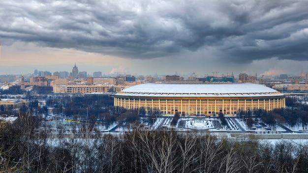 Widok ze wzgórz wróbli w moskwie na stadionie łużniki o zachodzie słońca zimą