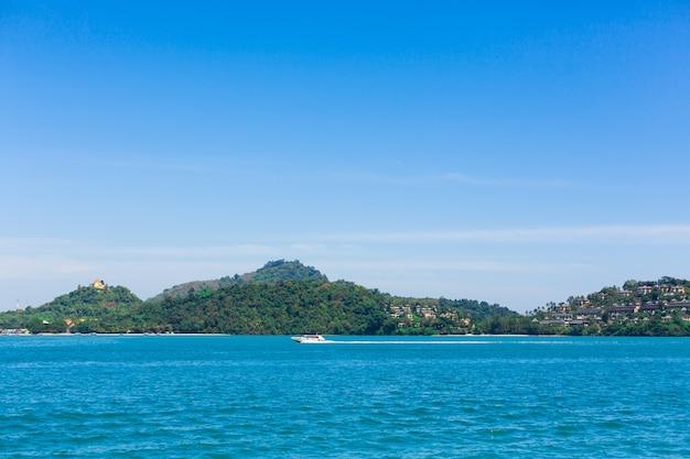 Widok zielona wyspa w błękitnym oceanie.