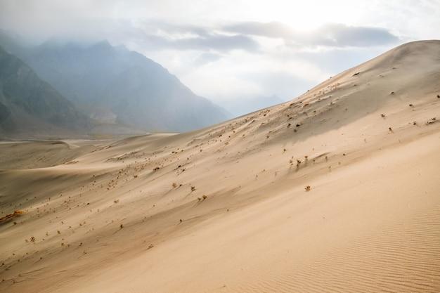 Widok zmierzch przy sarfaranga zimna pustynnym skardu, gilgit baltistan, pakistan.