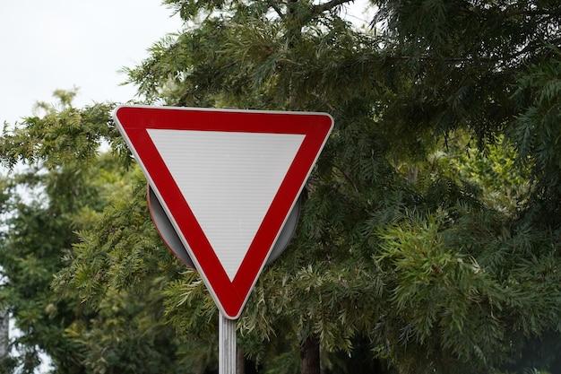 Widok znaku drogi ustępującej