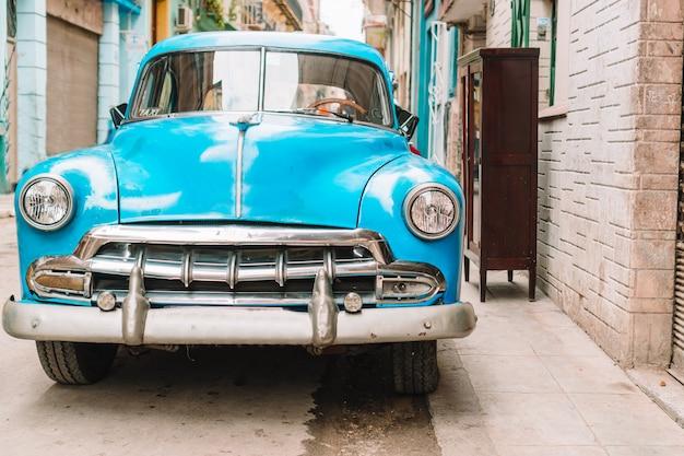 Widok żółty klasyczny rocznika samochód w stary hawańskim, kuba