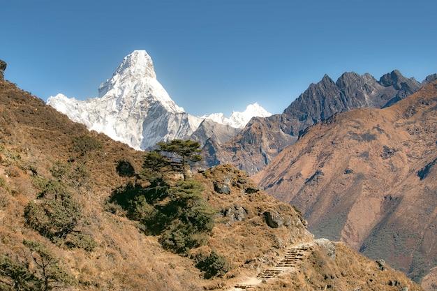 Widoki na góry amadablam z namche barza