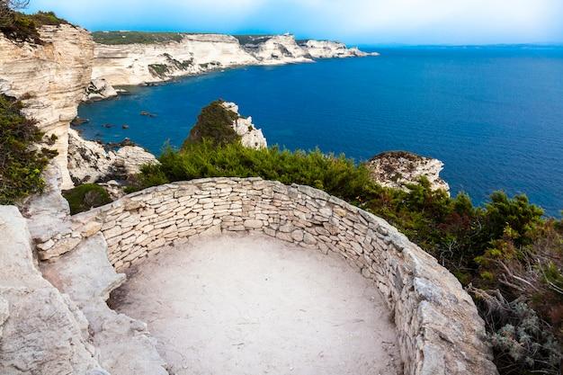Widoki na morze z wybrzeża miasta bonifacio na korsyce.