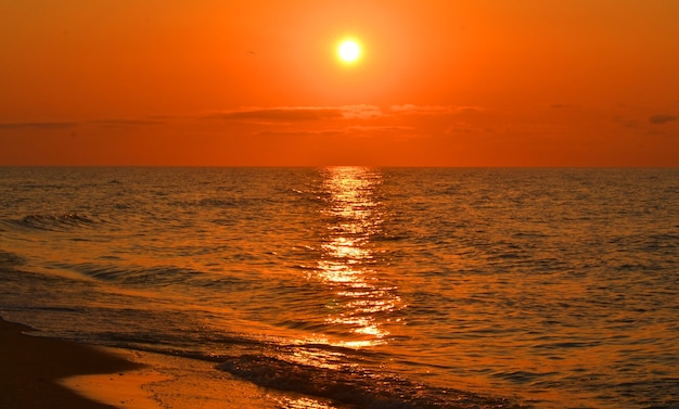 Widoki na morze ze słońca i odbicie słońca podczas zachodu słońca, wschodu słońca