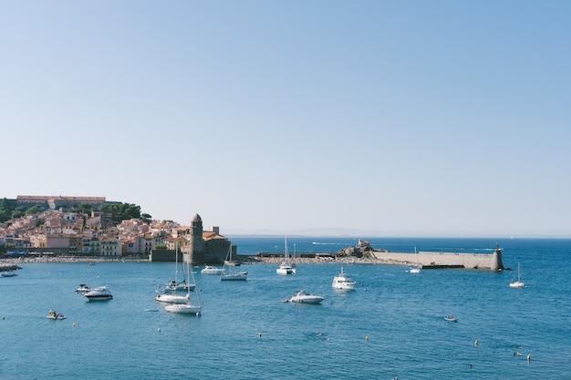 Widoki na średniowieczny port z łodziami na wodzie. koncepcja podróży