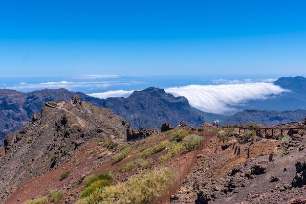 Widoki ze szlaku na szczyt roque de los muchachos na szczycie caldera de taburiente, la palma, wyspy kanaryjskie. hiszpania