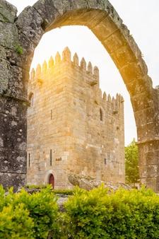 Widziany przez średniowieczny łuk wieży pałacu arcybiskupa bragi - światło słoneczne