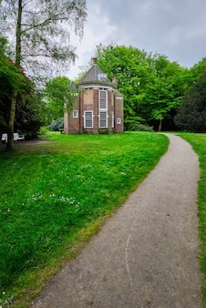 Wieczna herbaciarnia theeuis w parku arendsdorp w haskiej holandii