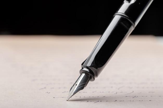 Wieczne pióro na stronie pisemnej