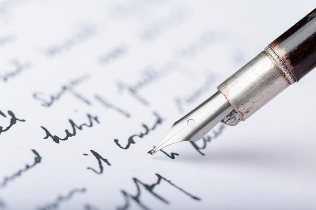 Wieczne pióro na zabytkowym piśmie odręcznym