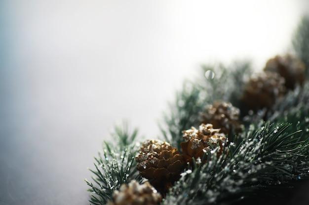 Wiecznie zielone drzewo ręcznie robione zabawki, płatki śniegu, globusy i gałąź jodła na tle kamienia, kartkę z życzeniami xmas z miejscem na tekst życzenie
