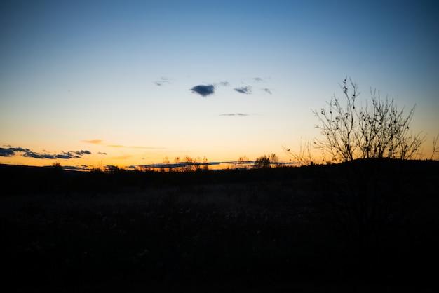 Wieczór krajobraz o zachodzie słońca, ciepłe światło słoneczne nad polem, ural, wrzesień
