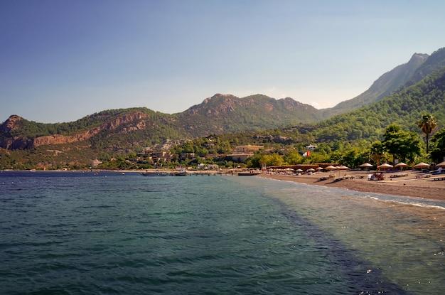Wieczór krajobraz z plażą na morzu egejskim.