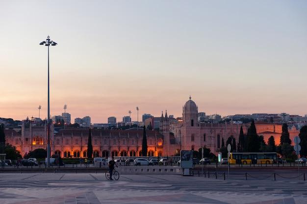 Wieczór lizbona. lizbona w wieczornym świetle. podróż do portugalii