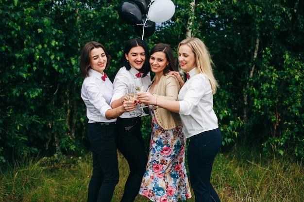 Wieczór panieński. wesele. kobiety na imprezie. dziewczyny piją szampana w nocnym klubie.
