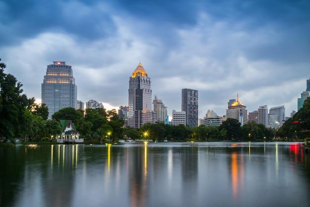 Wieczór scena panoramę bangkoku w lumphini park