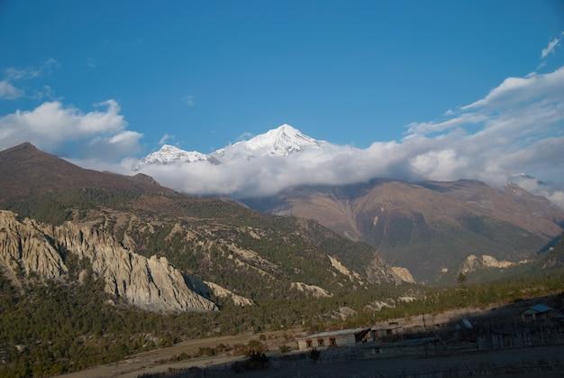 Wieczór w górach. annapurna południowa, nepal