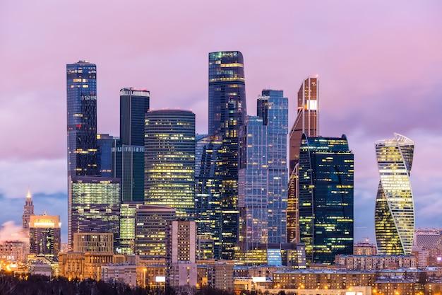 Wieczór widok moskwa międzynarodowy centrum biznesu miasto, rosja. znajduje się tutaj wiele firm i centrali.