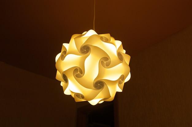Wieczorem lampa w sypialni