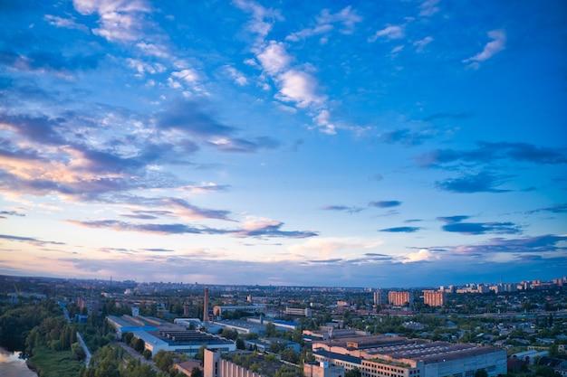 Wieczorem miasto pod pięknym niebieskim niebem z chmurami