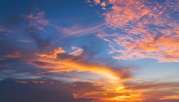 Wieczorem na tle nieba kolorowe chmury światło słoneczne po zachodzie słońca, niebo o zmierzchu.