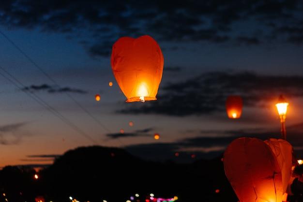 Wieczorem o zachodzie słońca ludzie z bliskimi i przyjaciółmi zapalają tradycyjne lampiony.