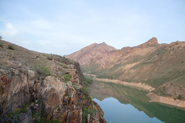 Wieczorem zielone jezioro między górami