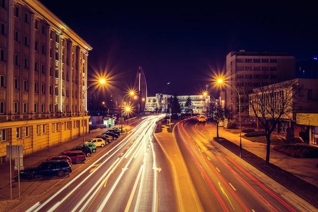 Wieczorna fotografia pejzaż miejski z długim ujawnieniem