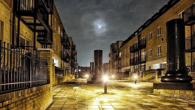 Wieczorne niebo london budynek, noc, księżyc