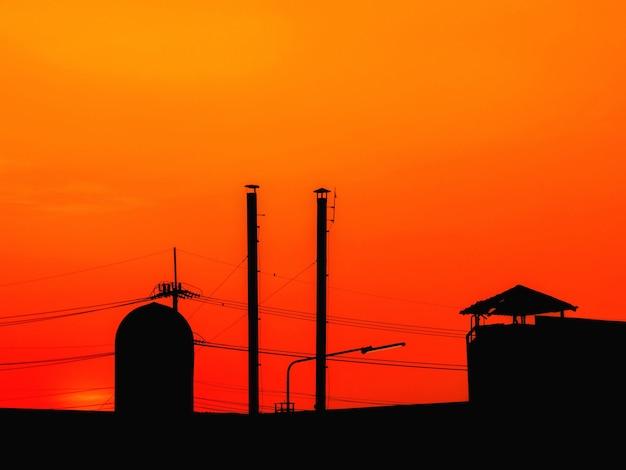 Wieczorne niebo nad dachem zakładu przemysłowego