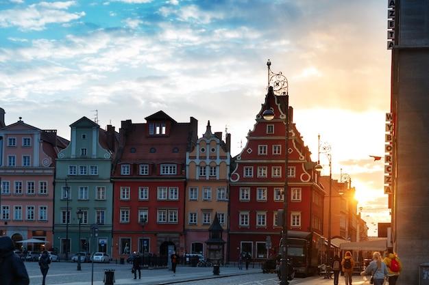 Wieczorne ulice miasta wrocławia w polsce wiosną o zachodzie słońca