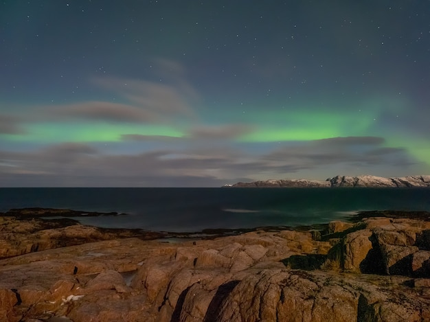 Wieczorny krajobraz polarny z aurora borealis.